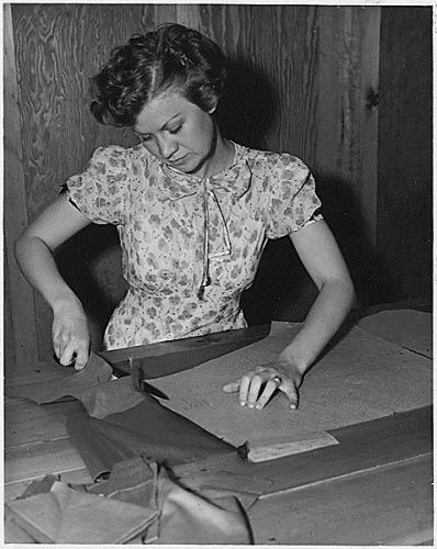 mujer cosiendo 1936
