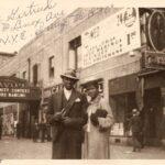 1930s pareja posando frente al Savoy Ballroom
