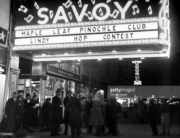 1938 multitud bajo marquesina del Savoy Ballroom