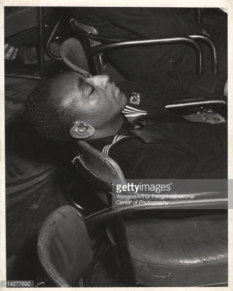 Un marinero descansa en el Savoy Ballroom 1945