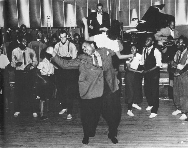 """John """"Tiny"""" Bunch y su pareja realizando un aerial en el Savoy Ballroom en 1938. Fotografía de Morgan y Marvin Smith."""