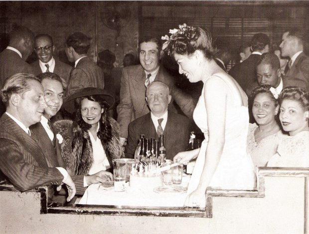 Moe Gale a la izquierda de la foto, junto a él Charles Buchanan y su esposa Bessie Buchanan