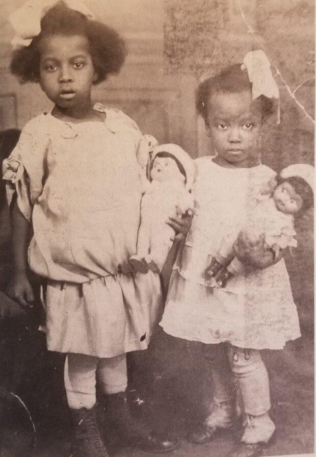 """Norma, 3 años (derecha) y su hermana, """"Dot"""", 5 años. 1923"""
