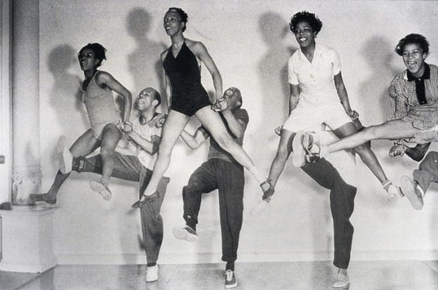 De izquierda a derecha: Mickey Sayles y William Downes, Norma Miller y Billy Ricker, Willamae Ricker y Al Minns, y Ann Johnson y Frankie Manning ensayando para Hellzzapoppin'