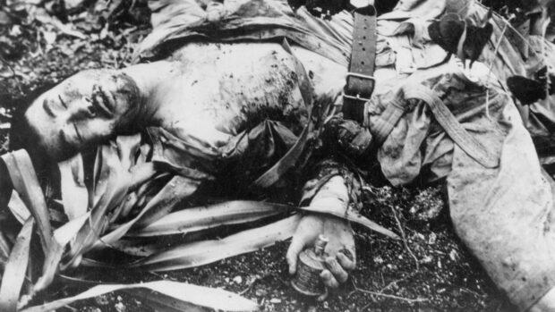 Soldado japonés muerto sosteniendo una granada
